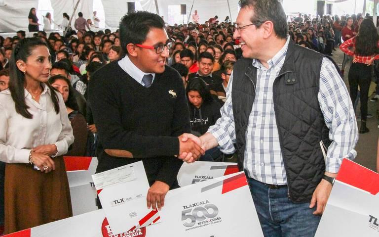 EN APIZACO SE ENTREGAN MIL 126 BECAS POR MARCO MENA