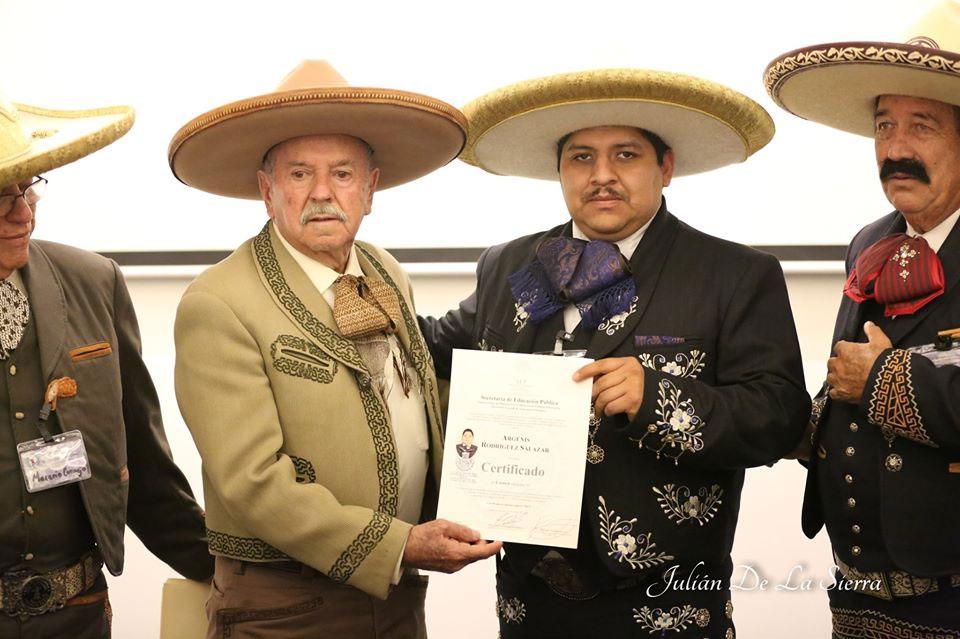 Certificado de locutor recibió Don Caporal Robert por parte de SEP