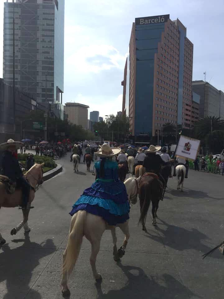 Integrantes del Contingente de Charros de Chipilo en el Desfile del 20 de Noviembre en la CDMX
