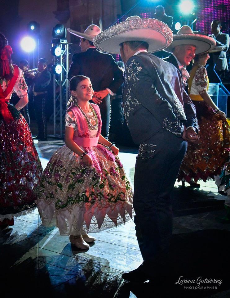 La hermosa Cami bailando el Jarabe Tapatío con su papá. — en Morelia, Michoacán