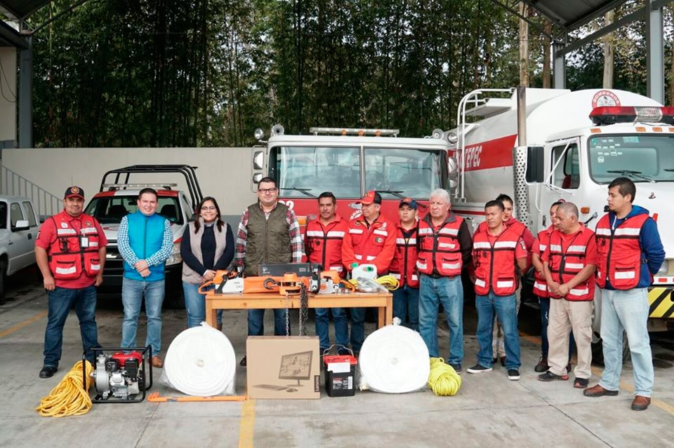 La Presidenta Municipal de Xicotepec, Lupita Vargas, entregó material, herramientas y equipo de cómputo