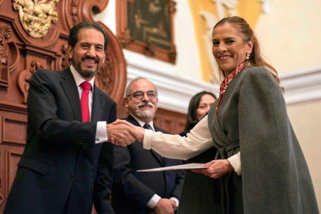 Entrega el Rector Esparza definitividades a 172 docentes