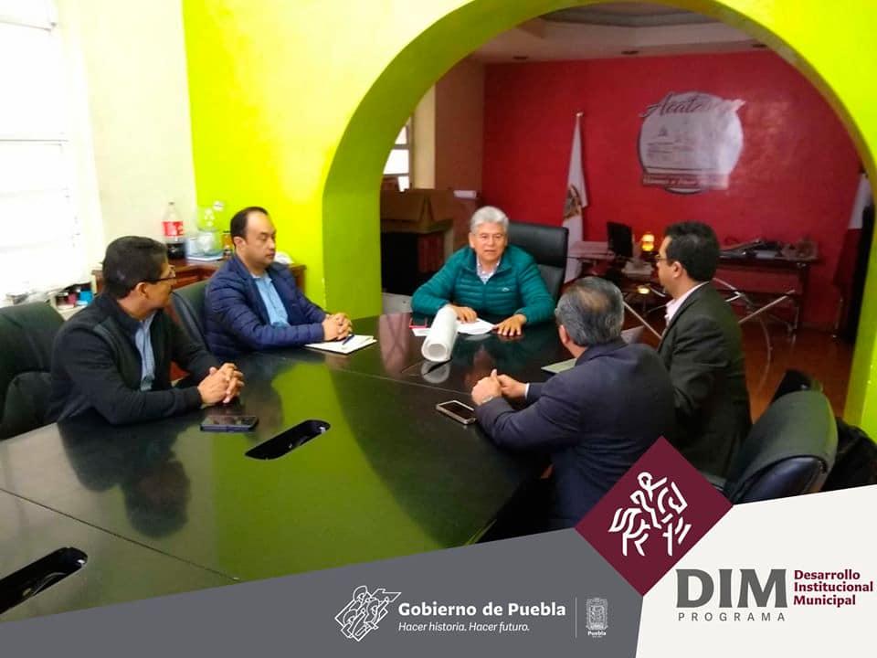 Presidente Municipal Acatzingo en Reunión de trabajo con su equipo