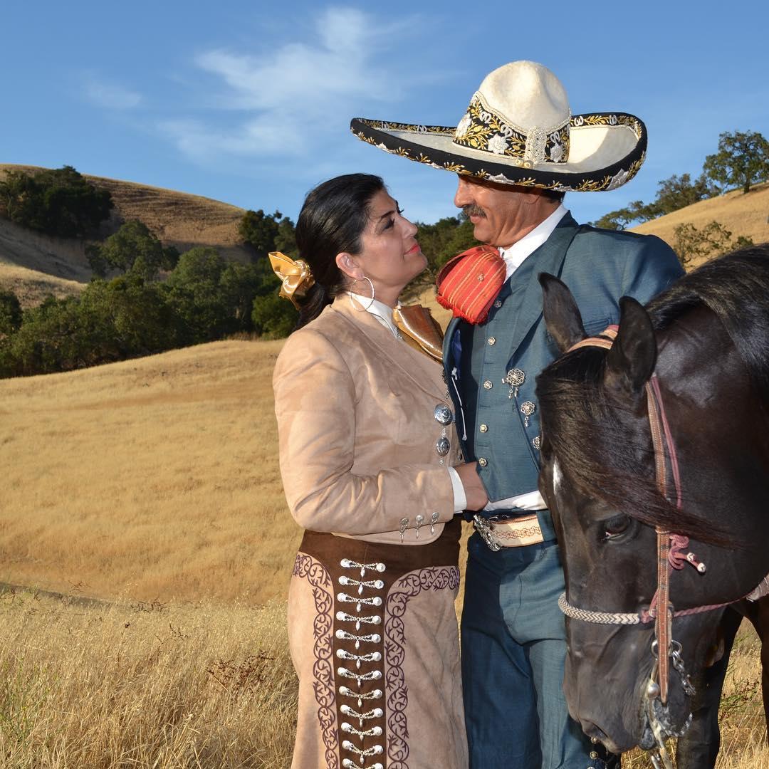 Al mayor caballo , las mejores Espuelas y al mejor charro, la mejor compañera